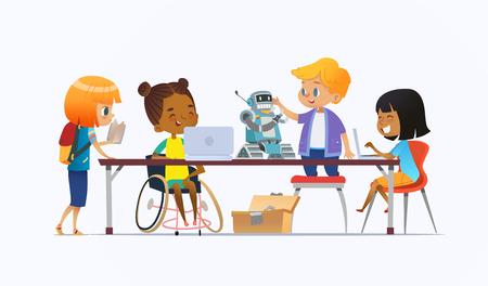 Niepełnosprawna Afroamerykanka na wózku inwalidzkim i inne dzieci stojące wokół biurka z laptopami i robotem oraz pracujące nad szkolnym projektem na lekcję programowania. Koncepcja integracji w szkole. Ilustracje wektorowe