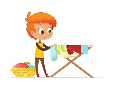 Entzückender kleiner rothaariger Junge, der gewaschene Kleidung auf dem Wäscheständer lokalisiert auf weißem Hintergrund hängt. Heimaktivität für Kinder in Montessori-Umgebung. Bunte Vektorillustration im flachen Cartoon-Stil.