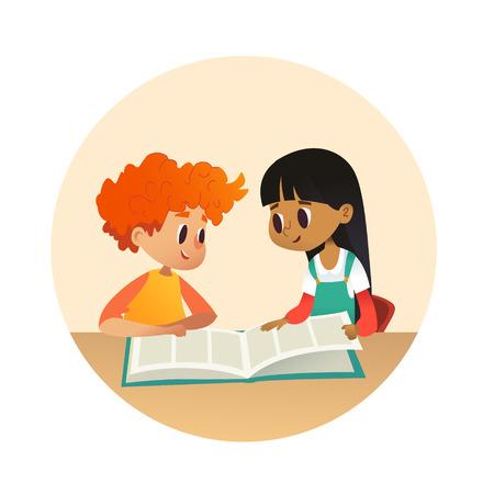 Chłopiec i dziewczynka czytając książkę i rozmawiając ze sobą w szkolnej bibliotece. Dzieci w wieku szkolnym omawiają historię w okrągłych ramkach. Ilustracja kreskówka wektor baner, plakat.