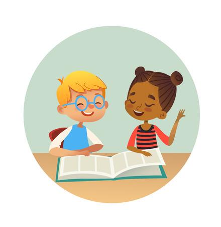 Sonriente niño y niña multirracial leyendo libros y hablando entre sí en la biblioteca de la escuela. Niños de la escuela discutiendo literatura en marcos redondos. Ilustración de vector de dibujos animados para banner, cartel.