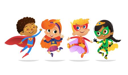 Multiraciale jongens en meisjes, gekleed in kleurrijke kostuums van superhelden, vrolijke sprong. Vector stripfiguren van Kid superhelden, geïsoleerd op een witte achtergrond. voor feest, uitnodigingen, web, mascotte. Vector Illustratie