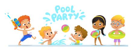 Baner del modello dell'invito della festa in piscina. I bambini multirazziali si divertono in piscina. Ragazzo dai capelli rossi con una pistola ad acqua giocattolo che salta in una piscina. Bambini che giocano con una palla nell'acqua