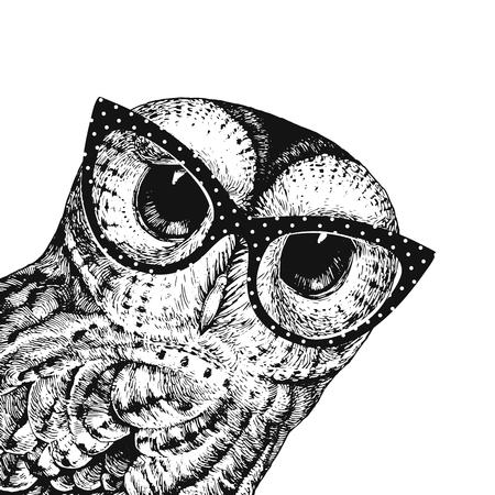 Illustrazione sveglia del gufo con gli occhiali. Illustrazione vettoriale del gufo bambino nero su bianco. Può essere utilizzato per la stampa di t-shirt, abbigliamento per bambini, design di moda, biglietto d'invito per l'acquazzone del bambino
