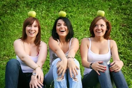 Freundinnen mit Äpfeln im Freien Standard-Bild