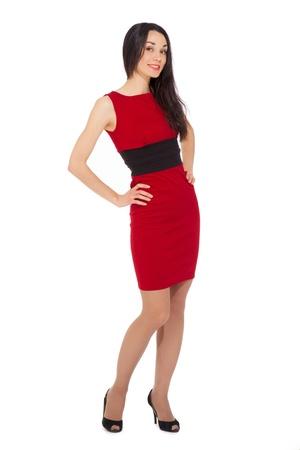 Portrait der schönen lächelnden Frau mit rotem Kleid und schwarze Schuhe auf weißem Hintergrund