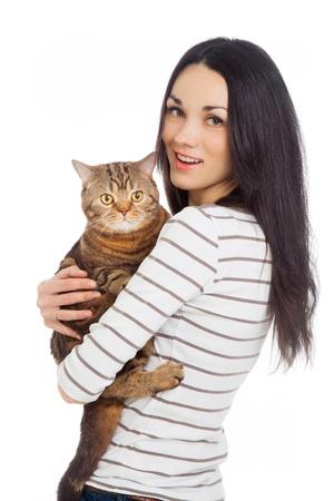 schöne lächelnde Brünette und ihr Ingwer Katze auf weißem Hintergrund