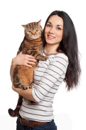 schönen Lächeln brunette Mädchen und ihr Ingwer Katze auf weißem Hintergrund