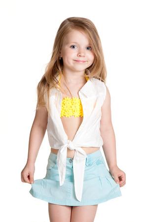 kleine Mädchen mit blauen Rock über weißem Hintergrund