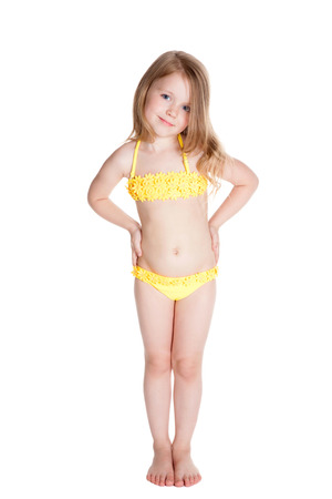 maillot de bain fille: souriant petite fille en maillot de bain jaune blone sur fond blanc Banque d'images