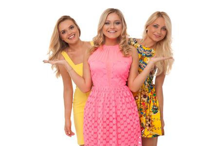 Drei schöne Mädchen in der Mode Kleider isoliert auf weiß Standard-Bild