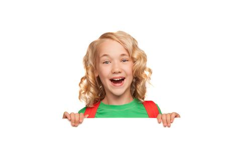 kleine blonde Mädchen über leere Plakatwand über weißen bakcground