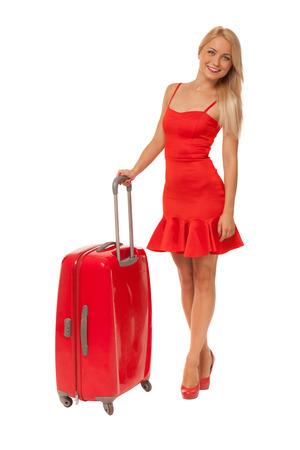 schöne blonde Frau trägt Kleid mit großen roten Koffer isoliert auf weiß
