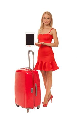 blonde Mädchen tragen roten Kleid holding Tablet mit großem Koffer auf weißem Hintergrund