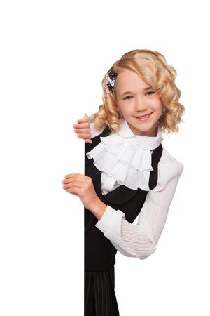 kleine blonde Mädchen über leere Plakatwand über weißen Hintergrund