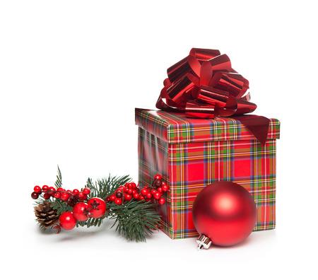 rotes Weihnachtsgeschenk mit Bogen, Mistel und rote Kugel auf weißem Hintergrund