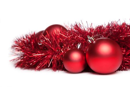 zwei Weihnachts-Spielzeug mit roten Lichterkette auf weißem Hintergrund Standard-Bild