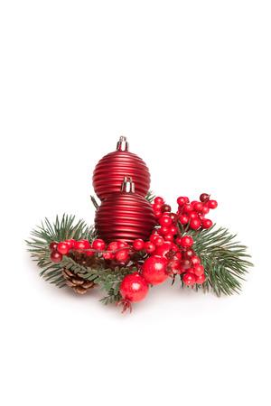 zwei kleine Weihnachtsbaum Spielzeug und Mistel auf weißem Hintergrund