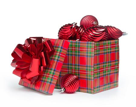 red Weihnachtsgeschenk mit Weihnachtsbaum Spielzeug auf weißem Hintergrund Standard-Bild