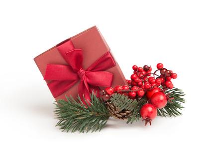 kleine rote Geschenk mit Band und Mistel auf weißem Hintergrund