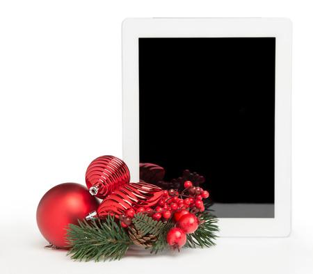 weiße Tablette mit Mistel und Weihnachtsbaum Spielzeug auf weißem Hintergrund