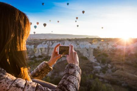 viaggi: viaggiatore solitario guardando in Cappadocia, Anatolia centrale, la Turchia Archivio Fotografico