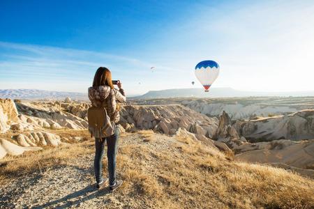 Weiblicher Tourist, der Fotos des Heißluftballons in Cappadocia macht Standard-Bild - 69762467