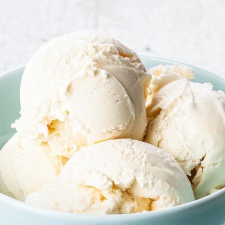ブルーのボウルにバニラアイス クリーム 写真素材