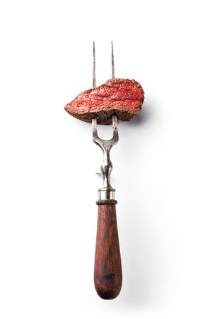 흰색 배경에 고기 포크에 쇠고기 스테이크의 조각