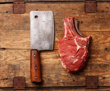 Carne e carne fresca mannaia grezza su fondo in legno Archivio Fotografico - 29006535