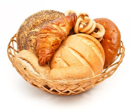 canasta de pan: Arreglo del pan en la canasta en el fondo blanco