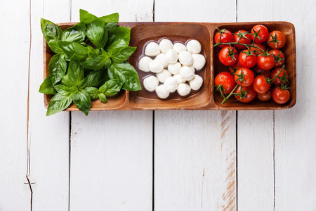 Green basil, white mozzarella, red tomatoes - Italian flag colors  Banque d'images