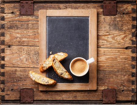 커피 컵과 비스코 빈티지 슬레이트 분필 보드에
