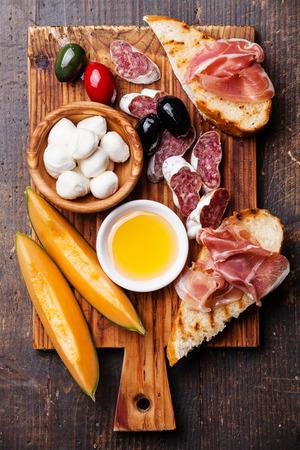 퀴 토 햄과 햄, 멜론, 멜론의 조각, 모짜렐라 치즈와 커팅 보드에 올리브