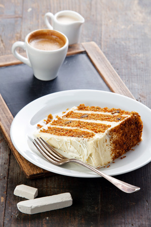 ビンテージ スレート チョーク ボード背景にキャロット ケーキのスライス