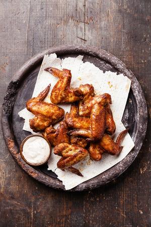 alitas de pollo: Alas de pollo fritas con salsa