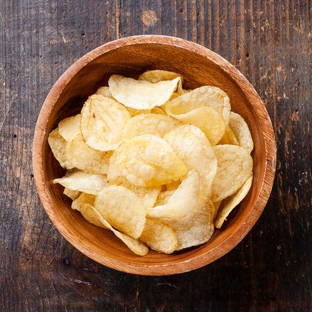 나무 배경에 파삭 파삭 한 감자 칩 스톡 콘텐츠 - 29524577