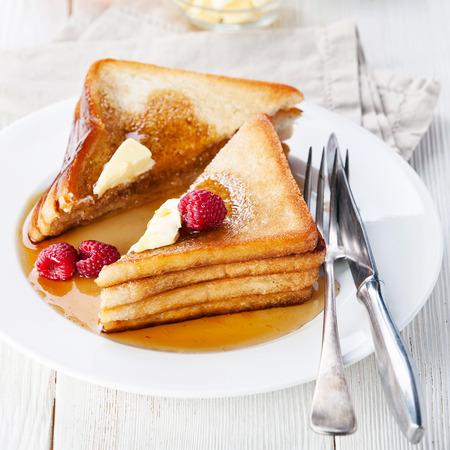나무 딸기, 메이플 시럽, 버터와 프렌치 토스트 스톡 콘텐츠