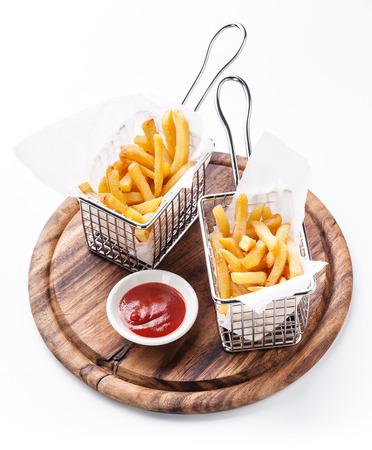 흰색 배경에 봉사하는 바구니에 감자 튀김 스톡 콘텐츠