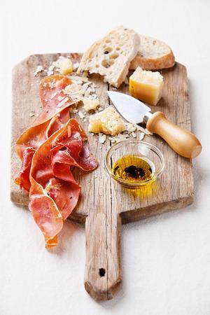 塩漬け肉、チーズ、パン