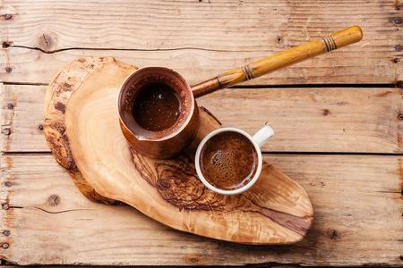 목조 배경에 커피 냄비에 커피