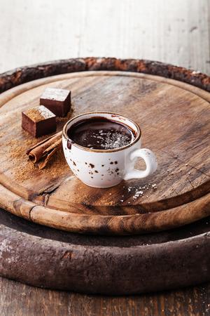 핫 초콜릿 화이트 와인과 향신료와 어두운 나무 배경에 뿌려