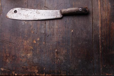 어두운 나무 배경에 빈티지 고기 칼