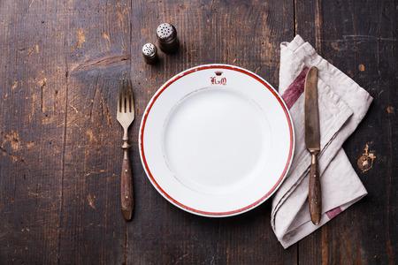 Bianco piatto vuoto e forchetta e coltello su legno texture di sfondo Archivio Fotografico - 33126858