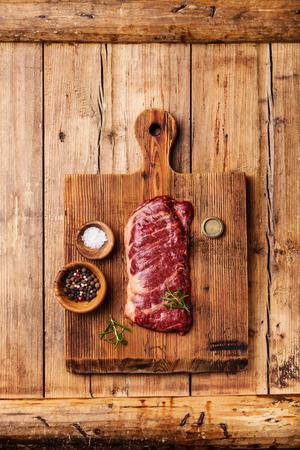 나무 배경에 소금과 후추 원시 신선한 고기 스테이크 마체 테 스톡 콘텐츠