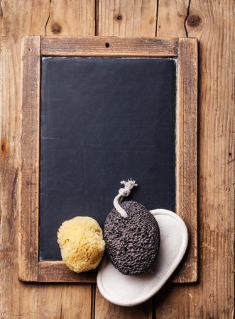 경석과 자연 야생 스펀지 분필 보드에 목욕 스파 설정
