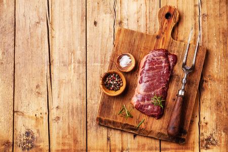 塩とコショウ木の背景に生の新鮮な肉ステーキ マチェーテ 写真素材