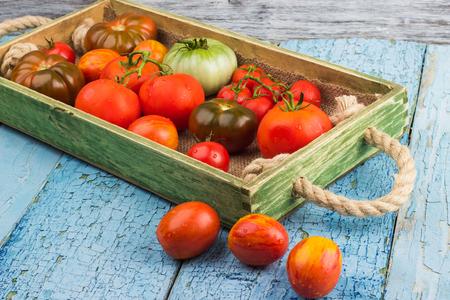 Satz Verschiedene Arten Von Reifen Tomaten Im Hölzernen Behälter ...