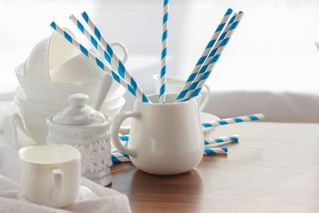 Ensemble de vaisselle vide blanc avec tubules rayés, fond en bois