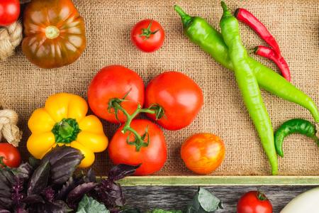 Satz Unterschiedliches Frisches Rohes Gemüse Im Hölzernen Behälter ...