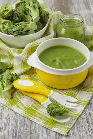 Świeże brokuły w misce i porcja puree z pokruszonych, gotowanych brokułów, rozmyte tło Zdjęcie Seryjne